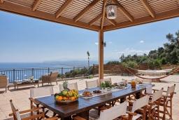 Обеденная зона. Греция, Ираклион : Роскошная вилла с большим бассейном и видом на море, 2 гостиные, 4 спальни, 3 ванные комнаты, барбекю, парковка, Wi-Fi