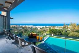 Балкон. Греция, Херсонисос : Роскошная вилла с бассейном, джакузи и двориком с барбекю, 4 спальни, 5 ванных комнат, сауна, лифт, тренажерный зал, парковка, Wi-Fi