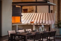 Обеденная зона. Греция, Херсонисос : Роскошная вилла с бассейном, джакузи и двориком с барбекю, 4 спальни, 5 ванных комнат, сауна, лифт, тренажерный зал, парковка, Wi-Fi