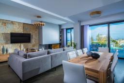 Гостиная. Греция, Херсонисос : Роскошная вилла с бассейном, джакузи и двориком с барбекю, 4 спальни, 5 ванных комнат, сауна, лифт, тренажерный зал, парковка, Wi-Fi