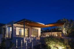 Фасад дома. Греция, Элафониси : Современная вилла в 200 метрах от пляжа с бассейном, джакузи и шикарным видом на море, 4 спальни, 4 ванные комнаты, барбекю, парковка, Wi-Fi