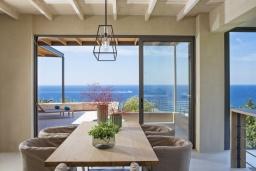 Обеденная зона. Греция, Элафониси : Современная вилла в 200 метрах от пляжа с бассейном, джакузи и шикарным видом на море, 4 спальни, 4 ванные комнаты, барбекю, парковка, Wi-Fi