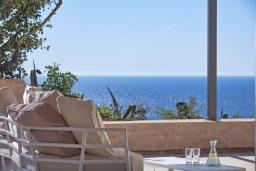 Терраса. Греция, Элафониси : Современная вилла в 200 метрах от пляжа с бассейном, джакузи и шикарным видом на море, 4 спальни, 4 ванные комнаты, барбекю, парковка, Wi-Fi