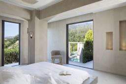 Спальня. Греция, Элафониси : Современная вилла в 200 метрах от пляжа с бассейном, джакузи и шикарным видом на море, 4 спальни, 4 ванные комнаты, барбекю, парковка, Wi-Fi