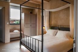 Спальня 2. Греция, Элафониси : Современная вилла в 200 метрах от пляжа с бассейном, джакузи и шикарным видом на море, 4 спальни, 4 ванные комнаты, барбекю, парковка, Wi-Fi