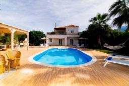 Фасад дома. Греция, Сиси : Прекрасная вилла с бассейном и зеленым двориком с барбекю, 2 спальни, 2 ванные комнаты, парковка, Wi-Fi