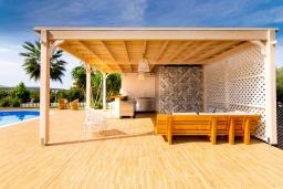 Обеденная зона. Греция, Сиси : Прекрасная вилла с бассейном и зеленым двориком с барбекю, 2 спальни, 2 ванные комнаты, парковка, Wi-Fi