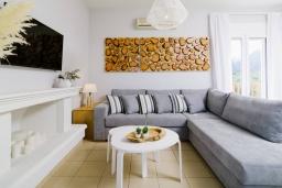 Гостиная. Греция, Сиси : Прекрасная вилла с бассейном и зеленым двориком с барбекю, 2 спальни, 2 ванные комнаты, парковка, Wi-Fi