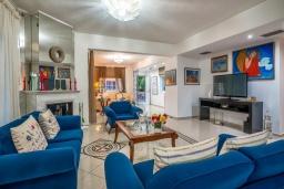 Гостиная. Греция, Ханья : Прекрасная вилла в 100 метрах от пляжа с бассейном и двориком с барбекю, 4 спальни, 4 ванные комнаты, детская площадка, парковка, Wi-Fi