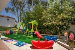 Детская площадка. Греция, Ханья : Прекрасная вилла в 100 метрах от пляжа с бассейном и двориком с барбекю, 4 спальни, 4 ванные комнаты, детская площадка, парковка, Wi-Fi