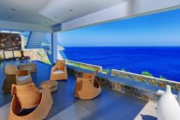 Терраса. Греция, Айя Пелагия : Роскошная вилла в 25 метрах от пляжа с бассейном и шикарным видом на море, 5 спален, 5 ванных комнат, барбекю, сауна, парковка, Wi-Fi