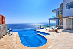 Бассейн. Греция, Айя Пелагия : Роскошная вилла в 25 метрах от пляжа с бассейном и шикарным видом на море, 5 спален, 5 ванных комнат, барбекю, сауна, парковка, Wi-Fi