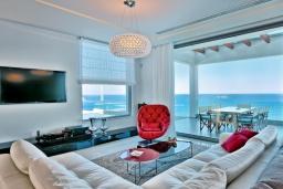Гостиная. Греция, Айя Пелагия : Роскошная вилла в 25 метрах от пляжа с бассейном и шикарным видом на море, 5 спален, 5 ванных комнат, барбекю, сауна, парковка, Wi-Fi