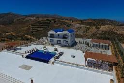 Фасад дома. Греция, Айя Пелагия : Роскошная вилла с бассейном, большим садом и шикарным видом на море, 6 спален, 5 ванных комнат, барбекю, парковка, Wi-Fi