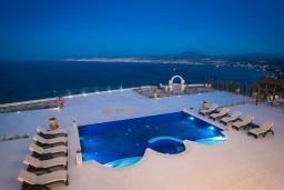 Бассейн. Греция, Айя Пелагия : Роскошная вилла с бассейном, большим садом и шикарным видом на море, 6 спален, 5 ванных комнат, барбекю, парковка, Wi-Fi