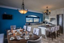 Кухня. Греция, Айя Пелагия : Роскошная вилла с бассейном, большим садом и шикарным видом на море, 6 спален, 5 ванных комнат, барбекю, парковка, Wi-Fi