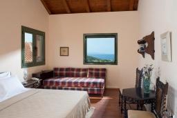 Спальня. Греция, Айос Николас : Прекрасная вилла с бассейном в 150 метрах от пляжа, 3 спальни, 4 ванные комнаты, барбекю, парковка, Wi-Fi