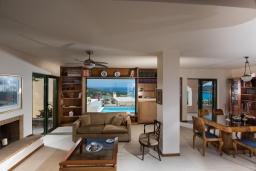 Гостиная. Греция, Айос Николас : Прекрасная вилла с бассейном в 150 метрах от пляжа, 3 спальни, 4 ванные комнаты, барбекю, парковка, Wi-Fi