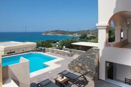 Бассейн. Греция, Айос Николас : Прекрасная вилла с бассейном в 150 метрах от пляжа, 3 спальни, 4 ванные комнаты, барбекю, парковка, Wi-Fi