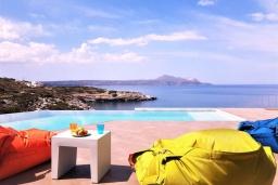 Зона отдыха у бассейна. Греция, Коккино Хорио : Роскошная вилла в 100 метах от пляжа с бассейном и видом на море, 5 спален, 5 ванных комнат, барбекю, парковка, Wi-Fi