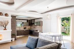 Кухня. Греция, Сиси : Прекрасная вилла с бассейном и зеленым двориком с барбекю, 3 спальни, 3 ванные комнаты, парковка, Wi-Fi