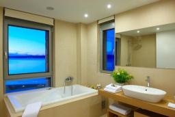 Ванная комната. Греция, Коккино Хорио : Роскошная вилла в 100 метрах от пляжа с бассейном и видом на море, 3 спальни, 3 ванные комнаты, газон, барбекю, парковка, Wi-Fi