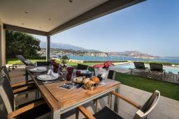 Обеденная зона. Греция, Коккино Хорио : Роскошная вилла в 100 метрах от пляжа с бассейном и видом на море, 3 спальни, 3 ванные комнаты, газон, барбекю, парковка, Wi-Fi