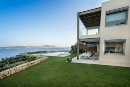 Фасад дома. Греция, Коккино Хорио : Роскошная вилла в 100 метрах от пляжа с бассейном и видом на море, 3 спальни, 3 ванные комнаты, газон, барбекю, парковка, Wi-Fi