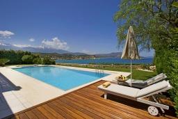 Бассейн. Греция, Коккино Хорио : Роскошная вилла в 100 метрах от пляжа с бассейном и видом на море, 3 спальни, 3 ванные комнаты, газон, барбекю, парковка, Wi-Fi