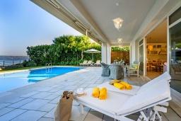 Зона отдыха у бассейна. Греция, Коккино Хорио : Роскошная вилла в 100 метрах от пляжа с бассейном и видом на море, 3 спальни, 3 ванные комнаты, газон, барбекю, парковка, Wi-Fi