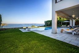 Территория. Греция, Коккино Хорио : Роскошная вилла в 100 метрах от пляжа с бассейном и видом на море, 3 спальни, 3 ванные комнаты, газон, барбекю, парковка, Wi-Fi