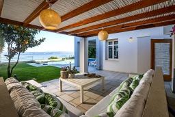 Патио. Греция, Коккино Хорио : Роскошная вилла в 100 метрах от пляжа с бассейном и видом на море, 3 спальни, 3 ванные комнаты, газон, барбекю, парковка, Wi-Fi
