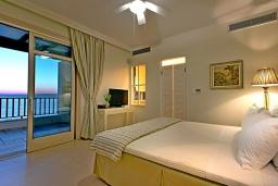 Спальня. Греция, Коккино Хорио : Роскошная вилла в 100 метрах от пляжа с бассейном и видом на море, 3 спальни, 3 ванные комнаты, газон, барбекю, парковка, Wi-Fi