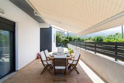 Терраса. Греция, Сиси : Прекрасная вилла с бассейном и зеленым двориком с барбекю, 3 спальни, 3 ванные комнаты, парковка, Wi-Fi