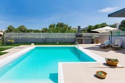 Бассейн. Греция, Сиси : Прекрасная вилла с бассейном и зеленым двориком с барбекю, 3 спальни, 3 ванные комнаты, парковка, Wi-Fi