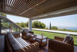 Патио. Греция, Ханья : Роскошная вилла с бассейном и зеленой территорией, 5 спален, 5 ванных комнат, сауна, тренажерный зал, барбекю, парковка, Wi-Fi