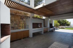 Терраса. Греция, Ханья : Роскошная вилла с бассейном и зеленой территорией, 5 спален, 5 ванных комнат, сауна, тренажерный зал, барбекю, парковка, Wi-Fi