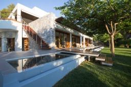 Фасад дома. Греция, Ханья : Роскошная вилла с бассейном и зеленой территорией, 5 спален, 5 ванных комнат, сауна, тренажерный зал, барбекю, парковка, Wi-Fi