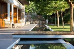 Территория. Греция, Ханья : Роскошная вилла с бассейном и зеленой территорией, 5 спален, 5 ванных комнат, сауна, тренажерный зал, барбекю, парковка, Wi-Fi