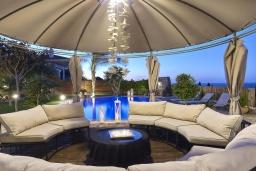 Патио. Греция, Коккини Хани : Роскошная вилла с двумя бассейнами и зеленым двориком с барбекю, 6 спален, 6 ванных комнат, парковка, Wi-Fi
