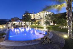 Фасад дома. Греция, Коккини Хани : Роскошная вилла с двумя бассейнами и зеленым двориком с барбекю, 6 спален, 6 ванных комнат, парковка, Wi-Fi