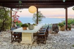 Обеденная зона. Греция, Айя Пелагия : Прекрасная вилла с бассейном, зеленым садом и видом на море, 4 спальни, 4 ванные комнаты, барбекю, парковка, Wi-Fi