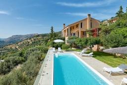 Фасад дома. Греция, Айя Пелагия : Прекрасная вилла с бассейном, зеленым садом и видом на море, 4 спальни, 4 ванные комнаты, барбекю, парковка, Wi-Fi