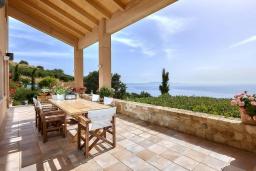 Терраса. Греция, Айя Пелагия : Прекрасная вилла с бассейном, зеленым садом и видом на море, 4 спальни, 4 ванные комнаты, барбекю, парковка, Wi-Fi