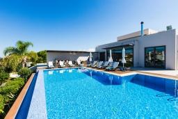 Фасад дома. Греция, Платаньяс : Роскошная вилла с большим бассейном и видом на море, 5 спален, 4 ванные комнаты, джакузи, барбекю, зеленый сад, детская площадка, баскетбольная площадка, бильярд, парковка, Wi-Fi