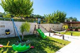 Территория. Греция, Платаньяс : Роскошная вилла с большим бассейном и видом на море, 5 спален, 4 ванные комнаты, джакузи, барбекю, зеленый сад, детская площадка, баскетбольная площадка, бильярд, парковка, Wi-Fi