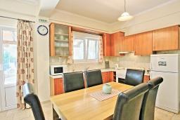 Кухня. Греция, Карниарис : Прекрасная вилла с бассейном и зеленым двориком с барбекю, 3 спальни, 2 ванные комнаты, парковка, Wi-Fi