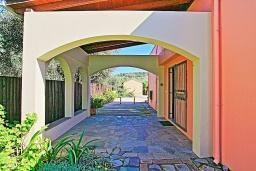 Терраса. Греция, Карниарис : Прекрасная вилла с бассейном и зеленым двориком с барбекю, 3 спальни, 2 ванные комнаты, парковка, Wi-Fi