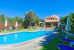 Фасад дома. Греция, Карниарис : Прекрасная вилла с бассейном и зеленым двориком с барбекю, 3 спальни, 2 ванные комнаты, парковка, Wi-Fi