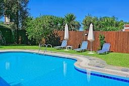 Бассейн. Греция, Карниарис : Прекрасная вилла с бассейном и зеленым двориком с барбекю, 3 спальни, 2 ванные комнаты, парковка, Wi-Fi